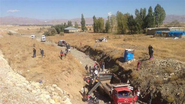 Hakkari'de kamyon devrildi! 66 yaralı