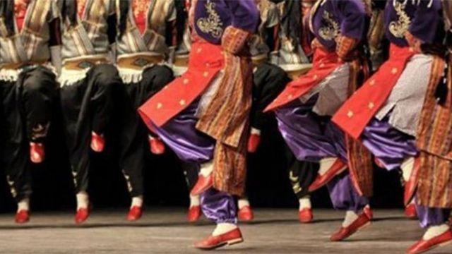 Halk dansları oyuncuları Macaristan'a kaçtı