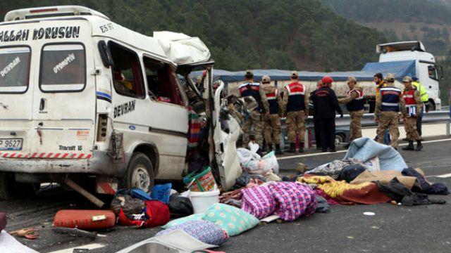 Kahramanmaraş'ta minibüs kamyonun altına girdi