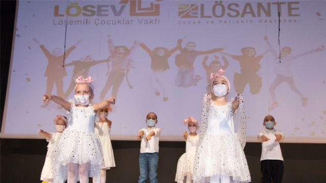 Lösemi'yi yenen çocuklar maskelerini çıkardılar