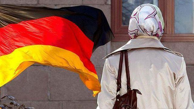 Almanlar başörtülü öğretmeni istemedi