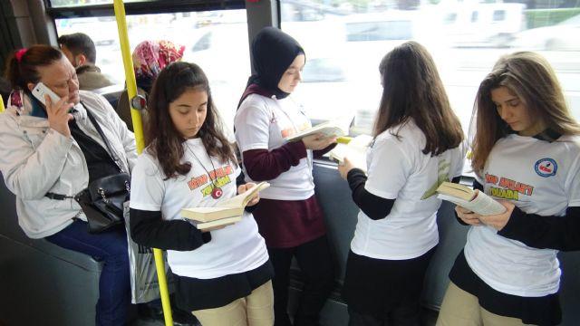 Kitaplarını alan lise öğrencileri metrobüse koştu