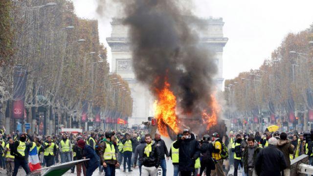 Paris'de olaylı cumartesi; caddelerde şiddet kol geziyor