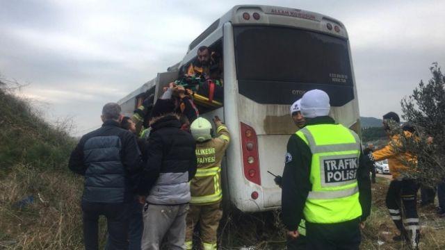 Üniversite öğrencilerini taşıyan servis kaza yaptı