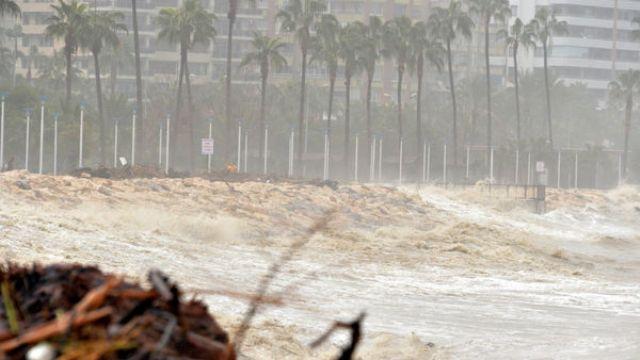 Doğu Akdeniz'de fırtına ve şiddetli yağış hayatı felç etti