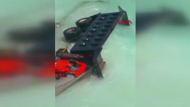 Kamyon denize uçtu, sürücü son anda kurtarıldı