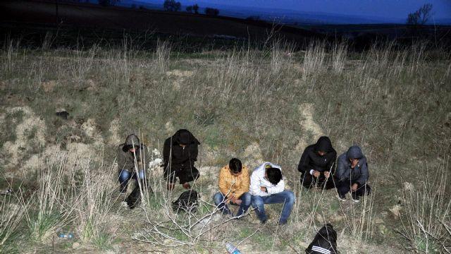 İnsan taciri polisten kaçarken göçmenleri yol kenarına bıraktı