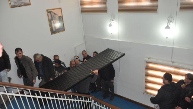 Belediye Başkanı makam odasının kapısını söktürdü