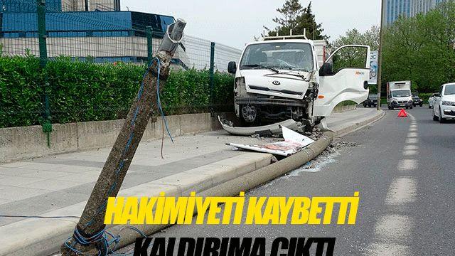 Direksiyon hakimiyetini kaybeden kamyonet sürücüsü aydınlatma direğini yola devirdi