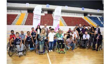 Tarık ve Sema tekerlekli sandalyede basketbol oynadı