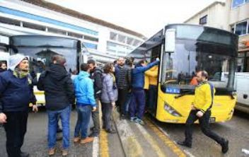 Fenerbahçe taraftarları otübüsün camlarını indirdi