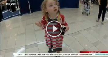 İlk kez ezan sesi duyan Amerikalı küçük kız bakın neler yapıyor