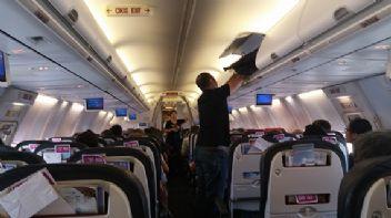 TGS personeli uçakta bulduğu serveti görevlilere teslim etti
