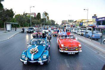 Adana'da sevgi korteji halkla buluştu