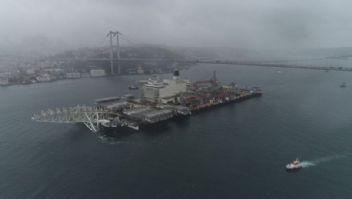 Dünya'nın en büyük gemisi İstanbul Boğazı'ndan geçti