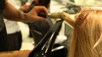 Müşterisinin saçını yakan kuaföre para cezası verildi