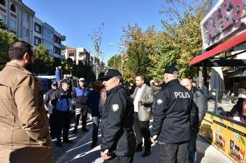 Yıkıma gelen belediye ekiplerini İstiklal Marşı'yla durdurdular