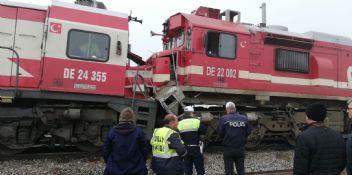 Sivas'ta yük treni ile yolcu treni çarpıştı