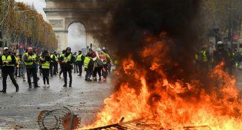 Fransa'da Sarı Yelekliler ile polis karşı karşıya