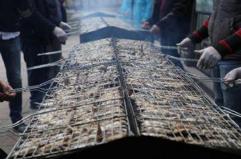 Hamsi Festivali'nde iki saatte üç ton hamsi tükendi