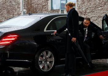 İngiltere Başbakanı Theresa May Araç İçinde Mahsur Kaldı!
