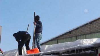 Kar temizleyerek ekmek kazanıyorlar!