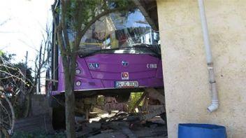 Halk otobüsü gecekonduya çarptı
